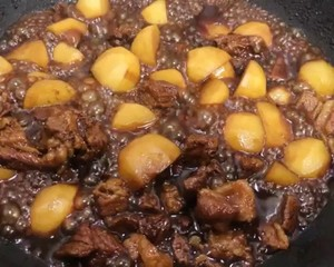 Roast beef with small potatoes, braised sirloin in soy sauce, so delicious to lick the plate. Step 12