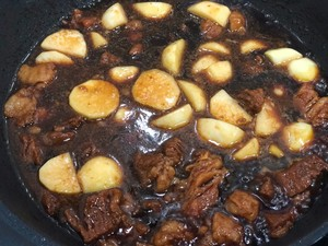 Roast beef with small potatoes, braised sirloin in braised sauce, so delicious to lick the plate. Step 11