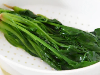 Spinach is an appetizer with wine in this way, without losing nutrition, drain and set aside