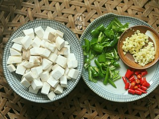 Kung Pao Pleurotus eryngii, eryngii mushrooms are cut into cubes, because they will shrink during the frying process, and can be cut to about 1.5 cm. Chop the green peppers and chili, garlic and ginger, and set aside.