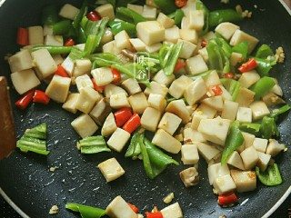 Kung Pao King Pleurotus, pour in green pepper and stir fry until the green pepper is broken.