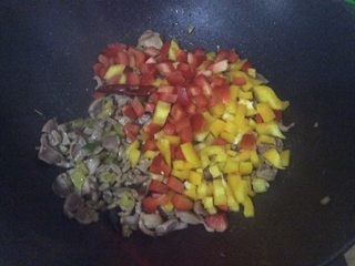 Hot and sour chicken gizzards, add diced colored pepper at the end, pour in water starch, stir fry to collect juice, add salt, and remove