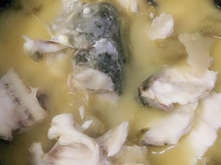 Sauerkraut fish, boil the fish for about 5 minutes, pour it into a container where you are going to hold the fish for later use