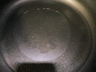 Pickled cabbage fish, pour fish corn oil from the pot, heat it up, and see the smoke on the top of the pot