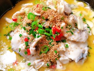 Sauerkraut fish, pour hot oil on top of the fish fillets, ready, you can enjoy it😊
