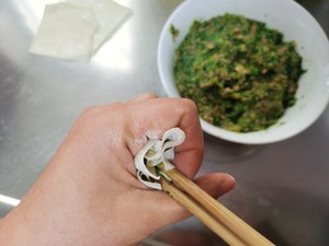 Step 8 of making fresh and smooth beef and coriander small wontons (with two kinds of small wontons)