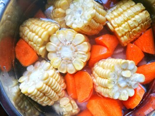 Simple and delicious corn soup with bones, add water without any ingredients, cover the pot and cook for 50 minutes.