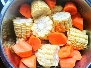 Simple and delicious cone bone corn soup with carrots.