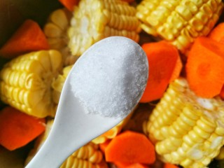 Simple and delicious cone bone corn soup, add a tablespoon of salt, a tablespoon of vinegar, and start eating!