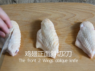 Coke chicken wings are really not as difficult as you think, come and learn! , Cut the chicken wings obliquely from the front for 2 knives