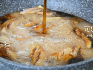 Coke chicken wings are really not as difficult as you think, come and learn! , Pour coke