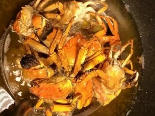 Spicy crab, deep-fried until golden and crispy, remove the oil to control