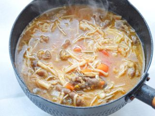 The beef with sour soup can be made into a delicious beef with sour soup in a few simple steps. The tomato soup tastes very delicious. The beef is soft and soft with the delicious enoki mushrooms, which is appetizing and warming up.