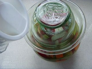 Sichuan kimchi and vegetables must be placed in the jar. They must be completely submerged in water. Then, seal the mouth of the bottle with cold boiled water and place it in a cool and ventilated place. Keep the water in the sink from drying out.