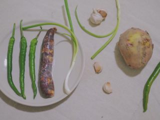 Green pepper sausage potato chips, ingredients preparation~