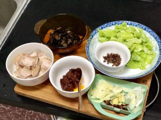 Green and red, don't worry about ➕ hot-cooked pork with hot pepper fungus, all the ingredients are ready, let's start cooking