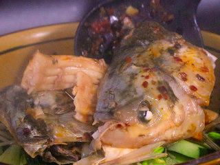 Sister Chuan teaches you how to make a spicy, delicious, fragrant, boiled fish, take the fish head and fish bones out and put them in a bowl
