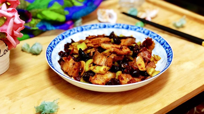 Tender green and red, don't worry about it➕ hot pepper and fungus twice-cooked pork